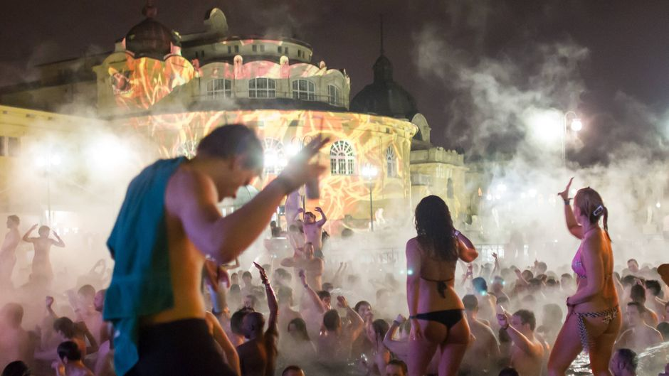 Bildnummer: 57349359  Datum: 11.03.2012  Copyright: imago/Xinhua(120311) -- BUDAPEST, March 11, 2012 (Xinhua) -- dance and enjoy themselves in the thermal water of the famous Szechenyi Bath during Night of Baths in Budapest, Hungary, on March 11, 2012. (Xinhua/Attila Volgyi) (dtf) HUNGARY-BUDAPEST-NIGHT OF BATHS PUBLICATIONxNOTxINxCHN Gesellschaft Kultur Club Schwimmbad Nachtleben Nacht der Bäder Nachtbaden x0x xst 2012 quer  57349359 Date 11 03 2012 Copyright Imago XINHUA  Budapest March 11 2012 XINHUA Dance and Enjoy themselves in The Thermal Water of The Famous Szechenyi Bath during Night of Baths in Budapest Hungary ON March 11 2012 XINHUA Attila VOLGYI  Hungary Budapest Night of Baths PUBLICATIONxNOTxINxCHN Society Culture Club Swimming pool Nightlife Night the Baths  x0x  2012 horizontal  imago stock&people
