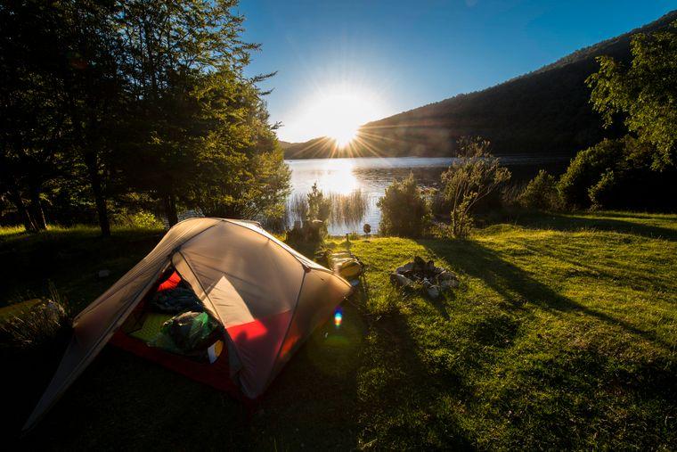 Camper mit dem Zelt an einem See in Chile.