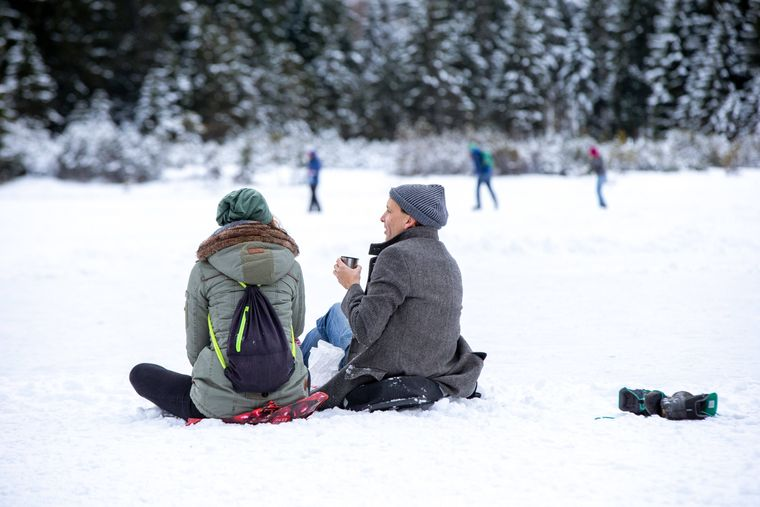 Suche dir einen Ort in deiner Nähe für dein Picknick. Einen See oder eine Wiese beispielsweise.