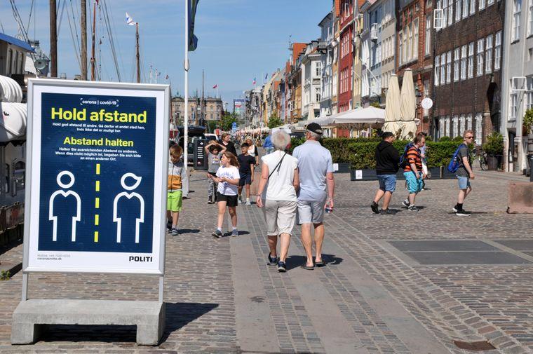 In vielen Ländern gelten bestimmte Corona-Maßnahmen, wie hier die Abstandsregeln in Kopenhagen, Dänemark.