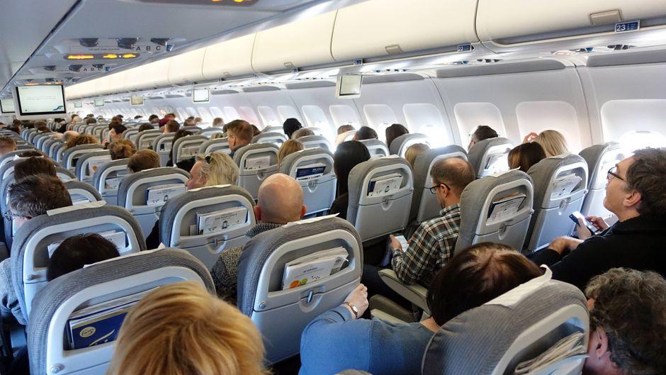 So ein Economy-Flug kann richtig angenehm sein – wenn du die Tricks kennst, mit denen du am meisten aus deinem Billigticket herausholst. (Symbolfoto)