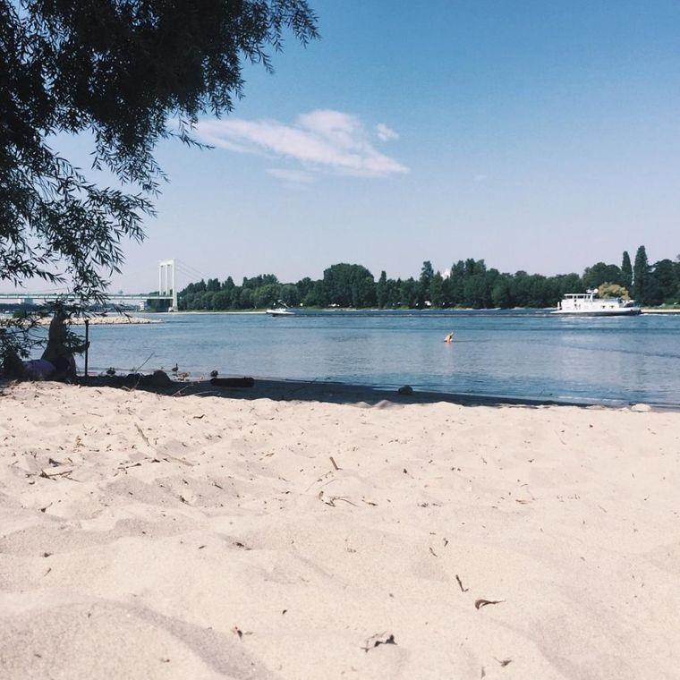 Strandfeeling in der Großstadt: das geht an der Kölschen Riviera.