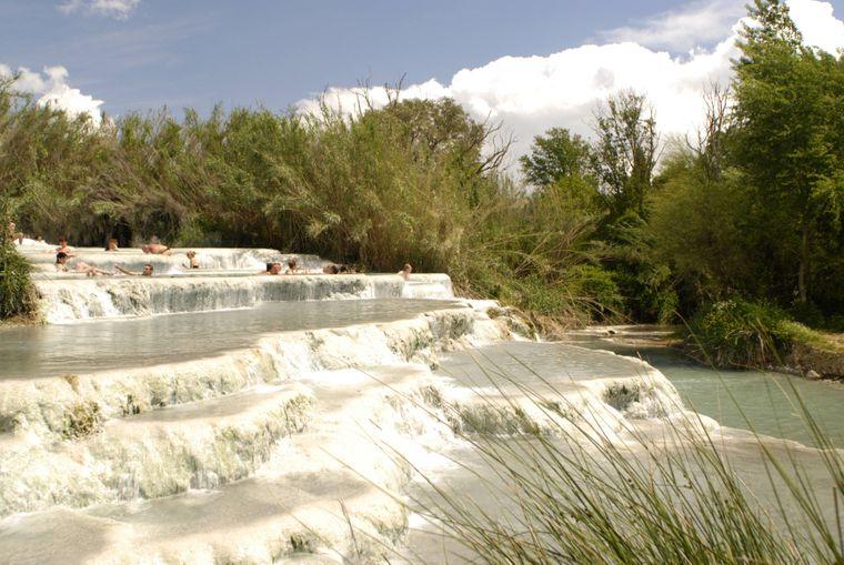 Badende in den heißen Quellen von Saturnia (Italien).