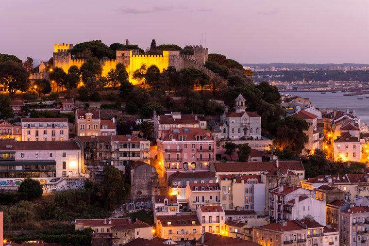 In der Altstadt Lissabons können Touristen das typische Portugal erkunden.