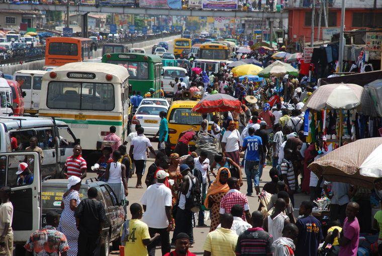 Menschenmassen, hupende Autos: In Accra und anderen Großstädten in Ghana erwartet dich oftmals Reizüberflutung.