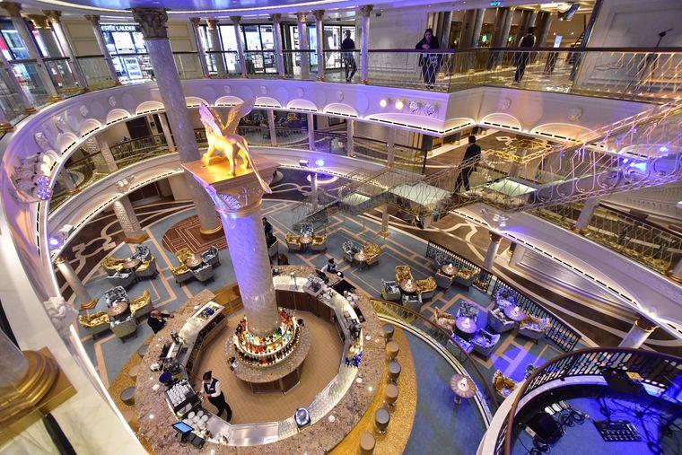 """Das Atrium der """"Costa Venezia""""."""