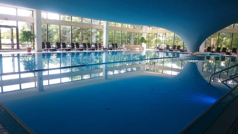 Im großen Schwimmbecken kannst du aktiv sein und entspannen.