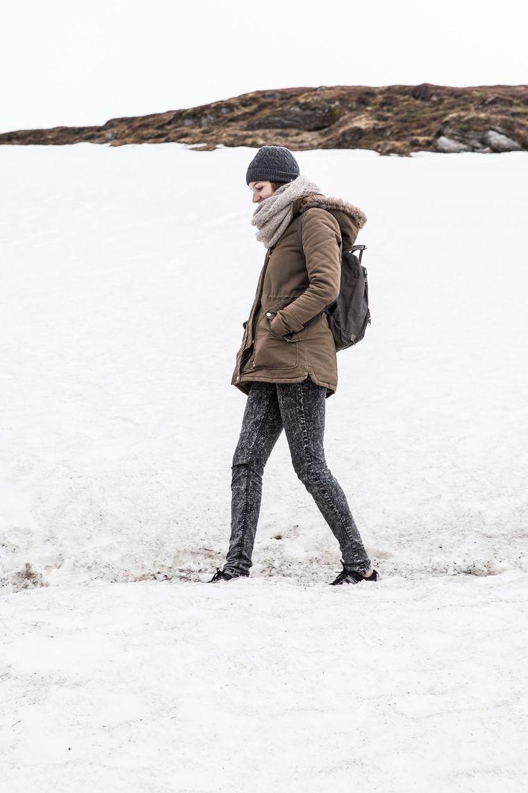 reisereporterin Leonie wandert auf dem Storstein durch Schneefelder