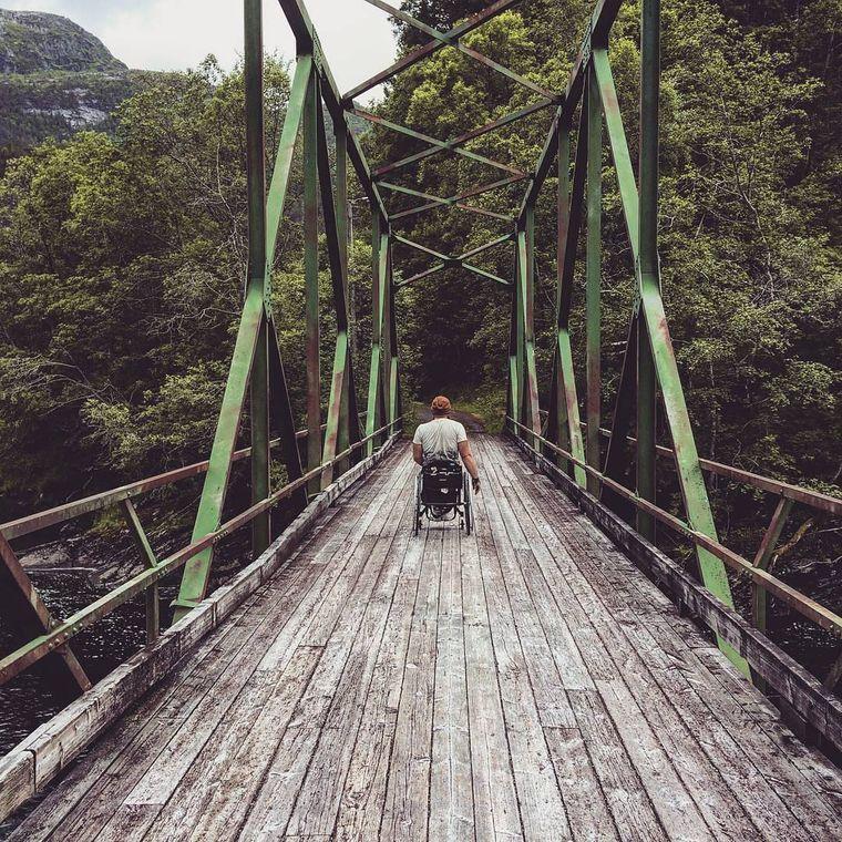 Eamon Wood fährt im Rollstuhl über eine Brücke.
