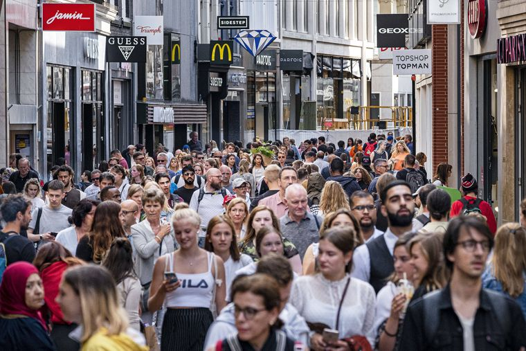 The following text was translated automatically The Netherlands Amsterdam. 06-08-2019 Large crowds on the Kalverstraat in Amsterdam. Despite increasing vacancy in various shopping streets, it is still busy in this shopping street. Photo: Ramon van Flymen / Hollandse-Hoogte PUBLICATIONxINxGERxSUIxAUTxONLY Copyright: xHollandsexHoogtex/xRamonxvanxFlymenx x200781429x   imago images / Hollandse Hoogte