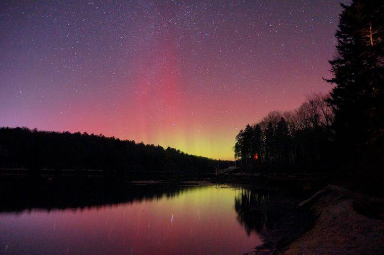 Nordlichter über Westport Island, in Maine, USA.