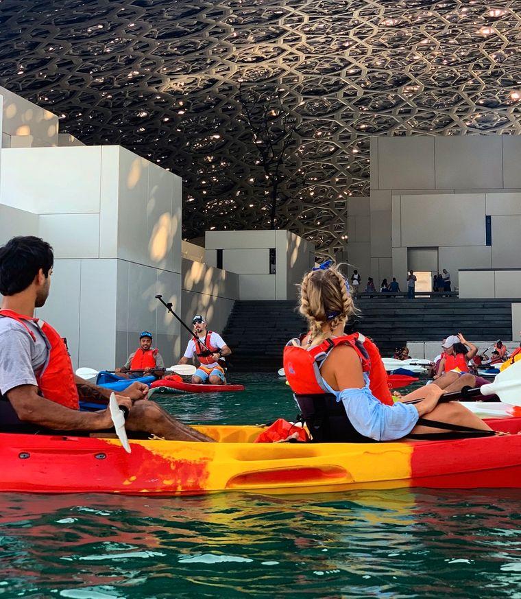 Der Louvre Abu Dhabi ist von türkisfarbenem Wasser umgeben.