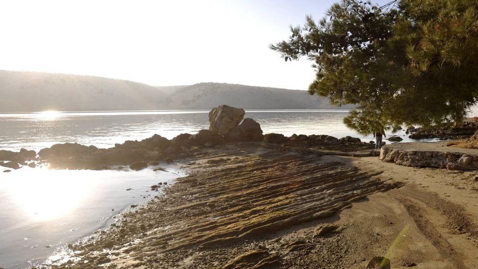 Auf der Insel Rab verbinden neue Wanderwege zahlreiche archäologische Stätten. Einer der Wege führt auch an der Küste von Lopar entlang. (Symbolbild)