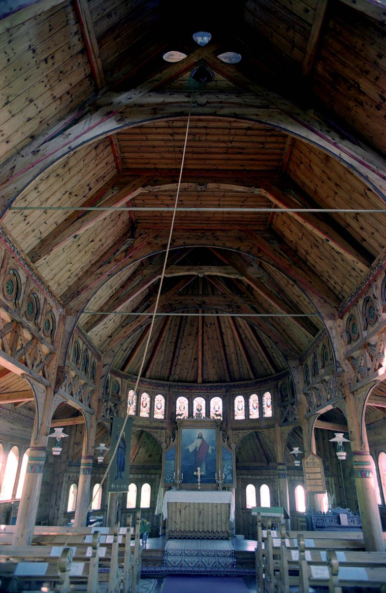Innenraum der Sankt-Olav-Kirche in Balestrand, Norwegen.
