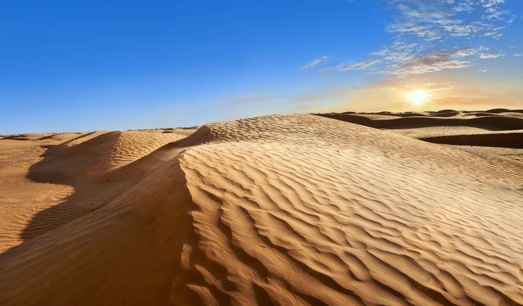 Sanddünen im Grand Erg Oriental in Tunesien. Auf der Grande Dune, der herausragendsten Düne, landeten die Droiden C-3PO und R2-D2 zu Beginn von Episode IV mit einer Rettungskapsel.