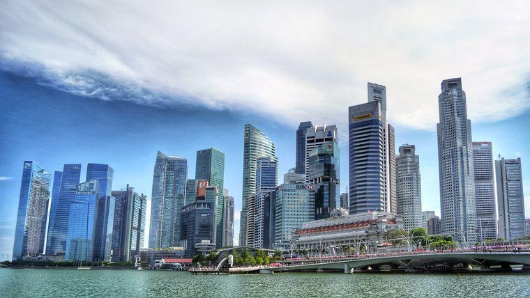 Moderne Wolkenkratzer dominieren die Aussicht.