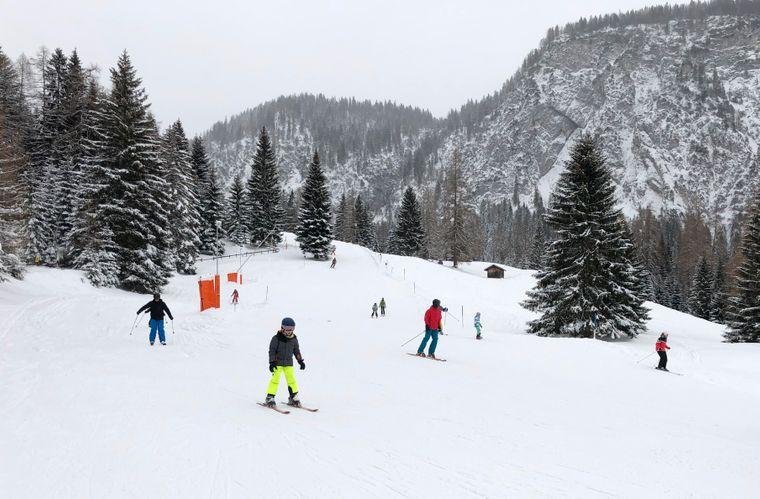In der Hochsaison sind bis zu 4.000 Skifahrer und Snowboarder auf der Ehrwalder Alm unterwegs.