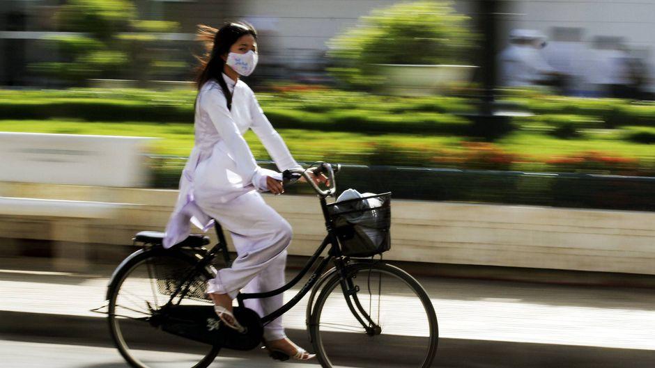 In Asien sind einige Menschen auch abseits der Corona-Krise mit Mundschutz unterwegs. (Symbolbild)