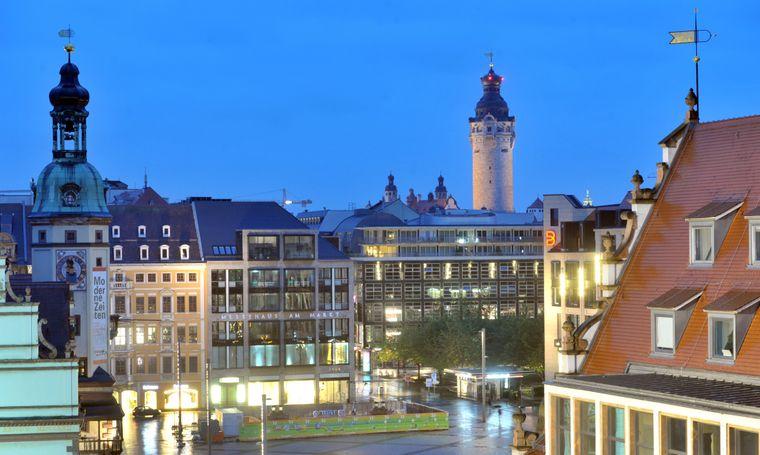 Der Markt aus einer neuen Perspektive – flankiert vom Alten Rathaus (links), Königshaus und Alter Waage (rechts). In der Ferne sind Neues Rathaus und Thomaskirche (Spitze rechts) zu sehen.