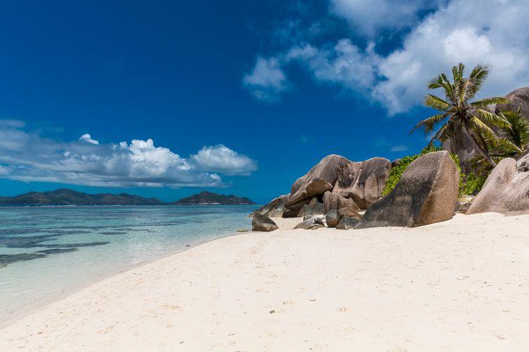 Die Seychellen in Afrika sind ein echtes Traumziel – das Land setzt auf Nachhaltigkeit. Urlauber genießen dort weiße Strände und klares Meer.