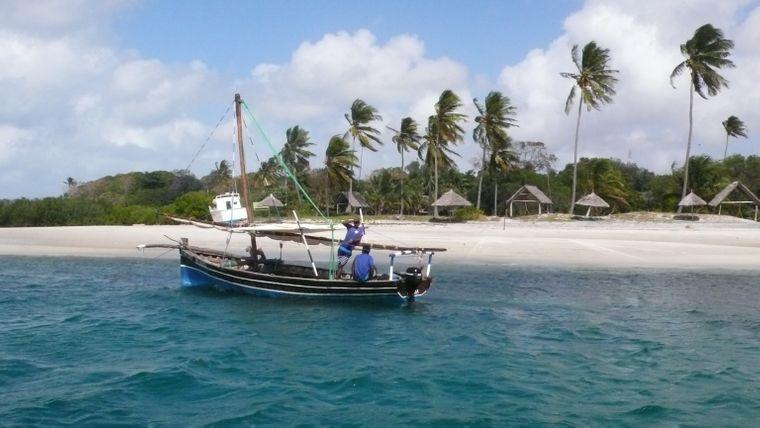 Einheimische Fischer sind mit der traditionellen Dhau unterwegs.