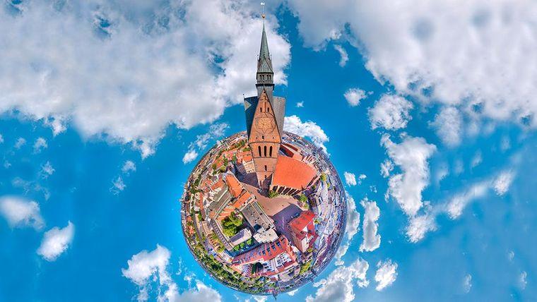 Die Marktkirche gehört mit ihrem 97 Meter hohen Turm zu den Wahrzeichen der Stadt Hannover.