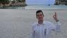 Joe Furness steht am Strand von Menorca.