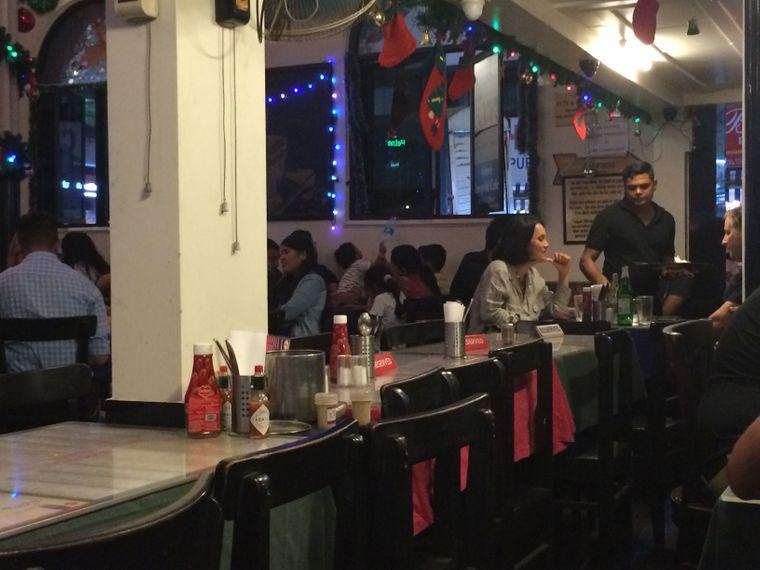 Das Leopold Café in Colaba wurde 1871 von Iranern gegründet.