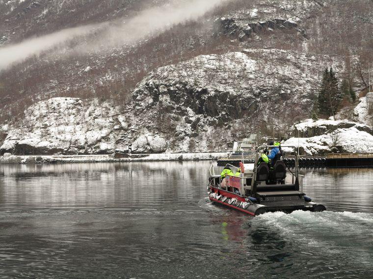 Bei eisigen Temperaturen erkunden Teilnehmer einer Tour mit dem RIB-Boot den Aurlandsfjord.