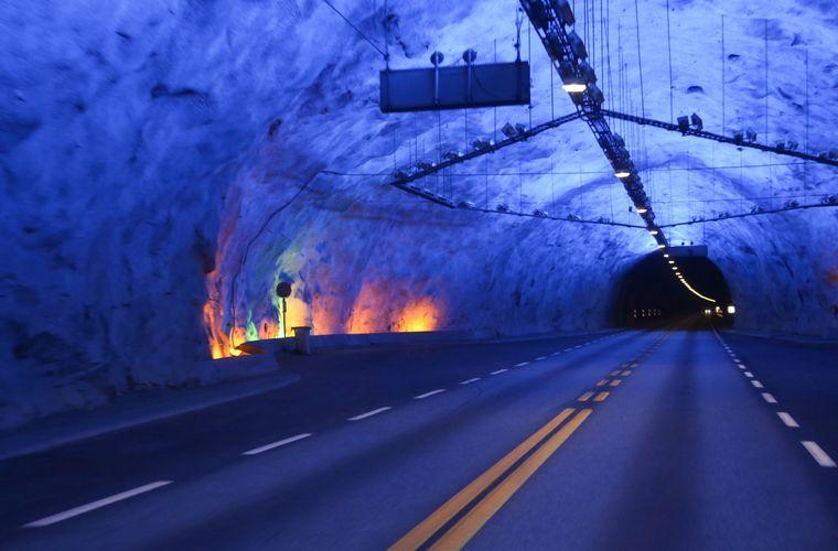 Nicht das Licht am Ende, sondern die farbigen Lichter im Inneren des Lærdaltunnels machen die Fahrt zu einem spektakulären Erlebnis.