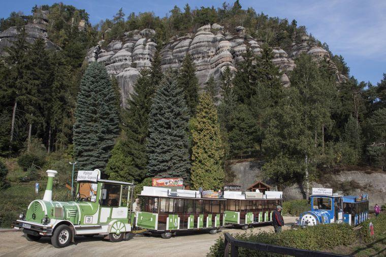 Auf dem Zittauer Berg Oybin stehen die Reste einer mittelalterlichen Burg und eines Klosters.