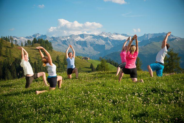 Beim Yoga in der Natur bringen Reisende Körper, Geist und Seele miteinander in Einklang – und das vor atemberaubender Kulisse.