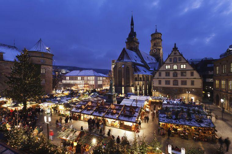 Weihnachtsmarkt vor der Stuttgarter Stiftskirche.