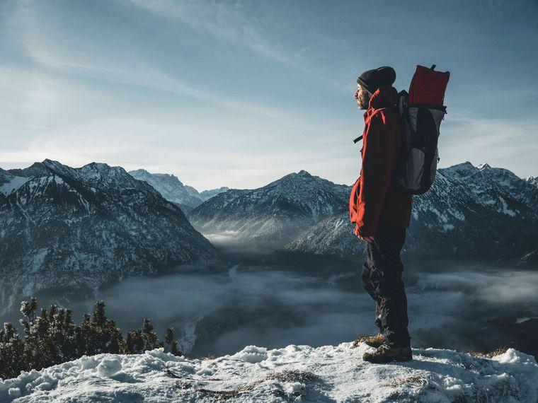 Wandern im Schnee: Viele Berge liegen in so hohen Lagen, dass sie das ganze Jahr über mit Schnee bedeckt sind.