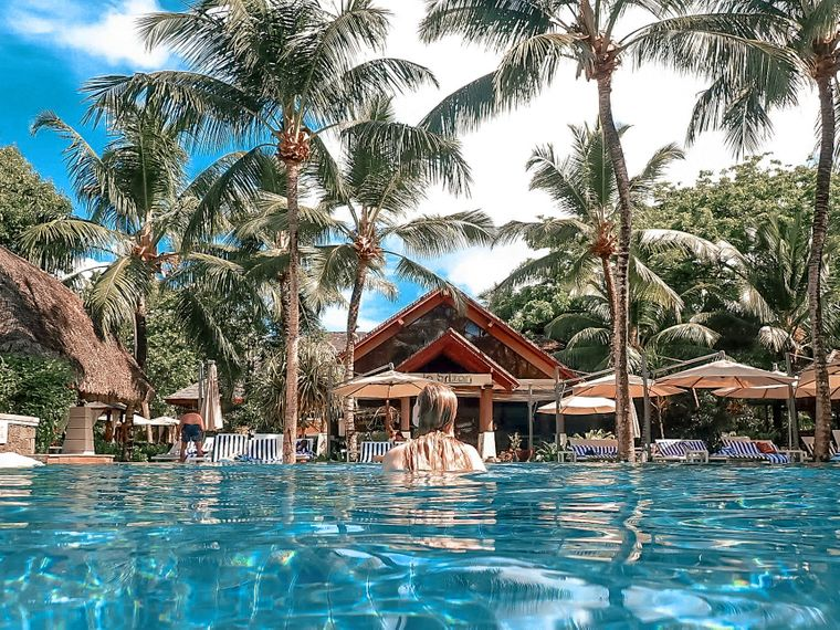 Lana im Pool des Hilton LaBriz Resort & Spa auf den Seychellen.