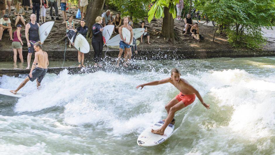 Surfer auf dem Eisbach in München.