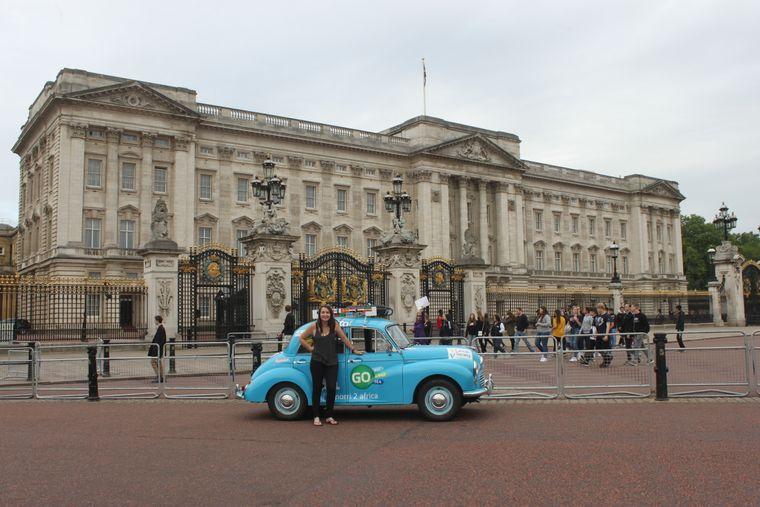 Noch ganz am Anfang: Laura und Charlie vor dem Buckingham Palace in London…