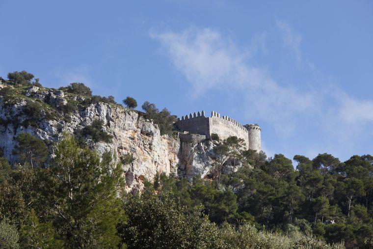 So unscheinbar sie im ersten Moment auch wirkt: Die Felsenburg Castell de Santuari bietet Urlaubern eine Aussicht, die sie garantiert nicht vergessen.