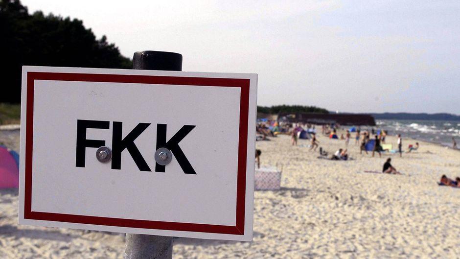 FKK-Schild an einem Strand – Irland eröffnet ersten FKK-Abschnitt.