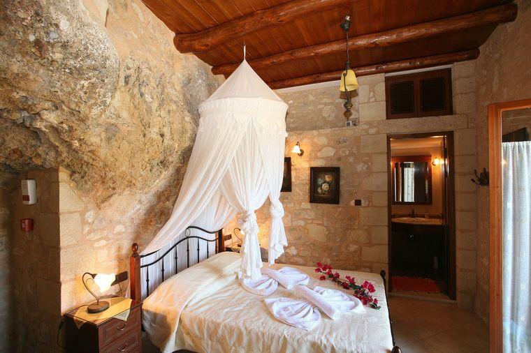 Die Steinvilla auf Kreta ist um den natürlichen Felsen herumgebaut.