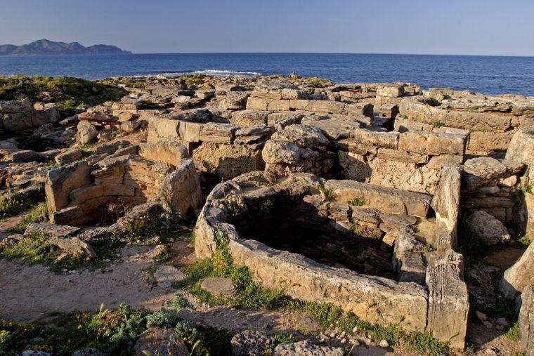 An der Nekropole von Son Real kannst du alte Gräber bestaunen.