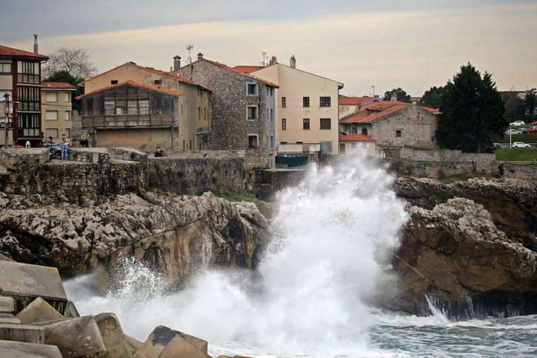 Im Februar peitschen die Wellen an die Küste des kleinen spanischen Dorfs Llanes.