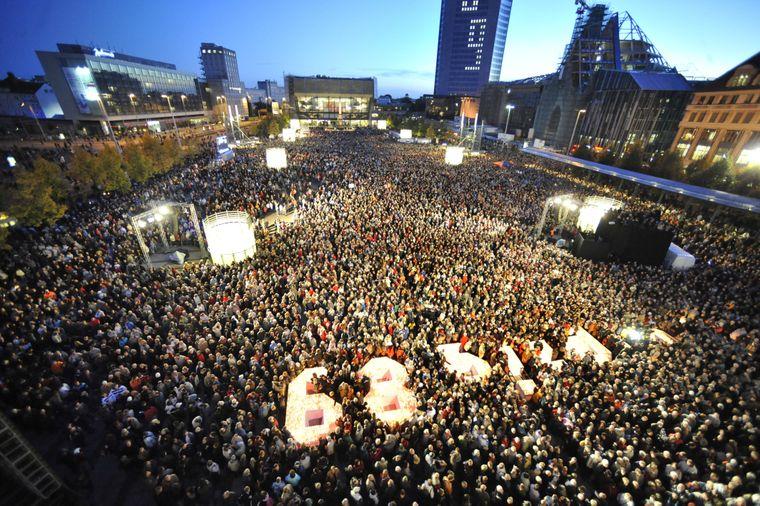 In Leipzig begann die Friedliche Revolution: Mehr als 70.000 Menschen demonstrierten am 9. Oktober 1989 und läuteten damit das Ende der DDR ein – zum jährlichen Lichtfest ist der Augustusplatz voller Menschen.