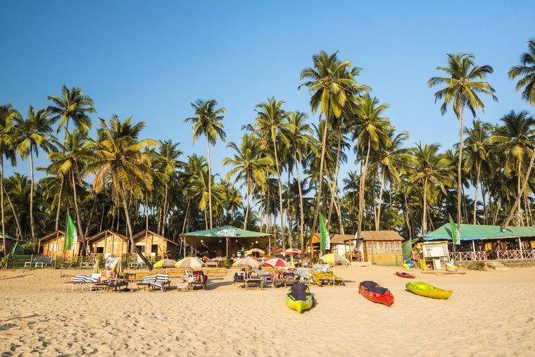 Dieser Strand strahlt Lebensfreude pur aus, oder? Das ist der Palolem Beach in einer Bucht in Goa. Falls du durstig wirst, gibt's Wasser für 24 Cent.