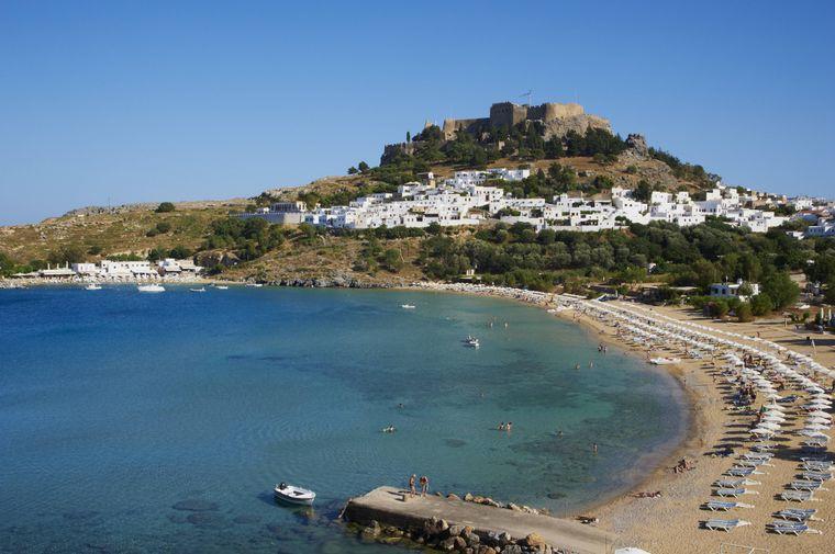 Blick auf den Lindos Beach vor der Akropolis und dem Dorf.