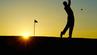 Golfspieler im Gegenlicht beim Abschlag