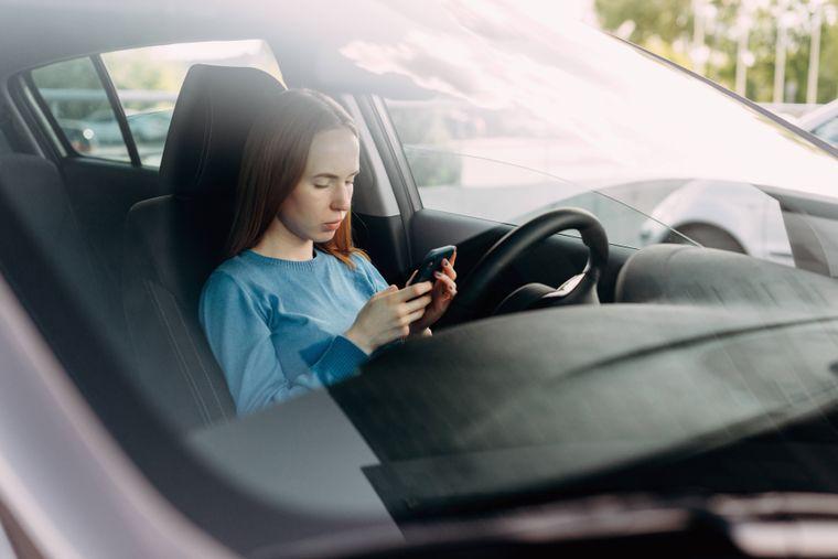 Telefonieren mit dem Handy beim Fahren ist Strafbar.