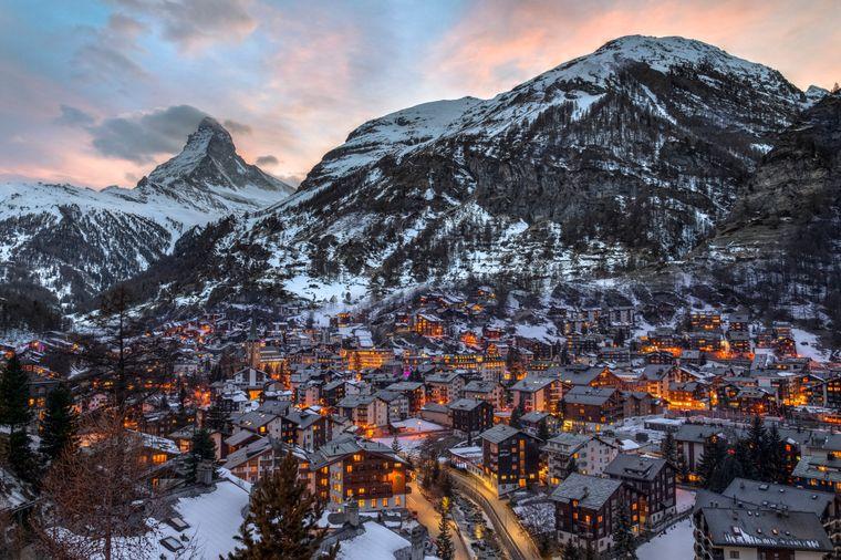 Das beeindruckende Matterhorn mit der wunderschönen Kleinstadt Zermatt.
