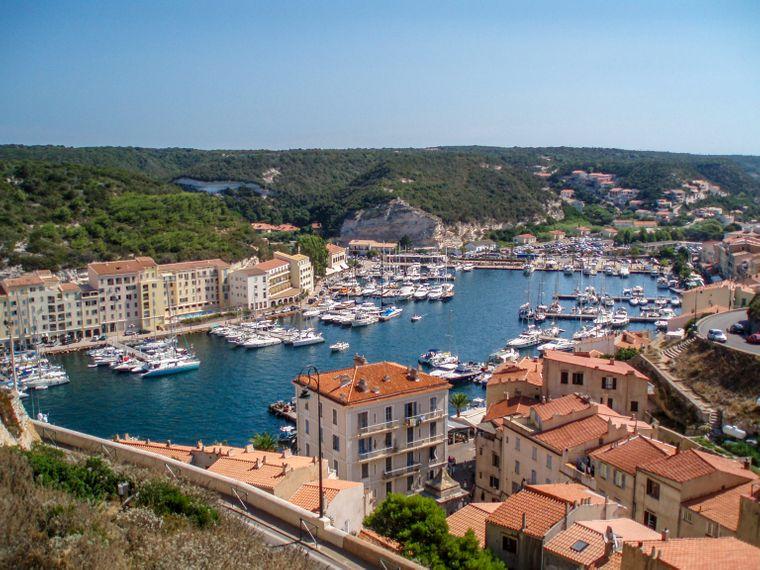 Der Yachthafen von Bonifacio (Korsika) gilt als Herzstück des Städtchens.