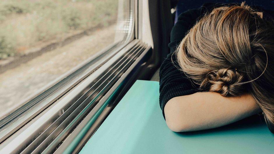 Kleine Verschnaufspause im Zug: Das Reisen kann schnell Kraft kosten.